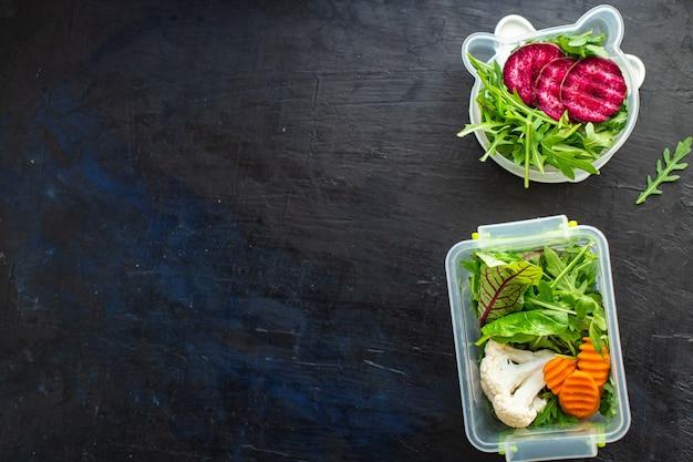 Salada fresca recipiente de refeição saudável menu semanal lancheira porção comendo comida de dieta orgânica para viagem