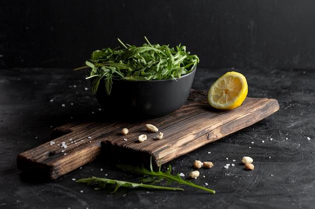Salada fresca saborosa de alto ângulo na placa de madeira