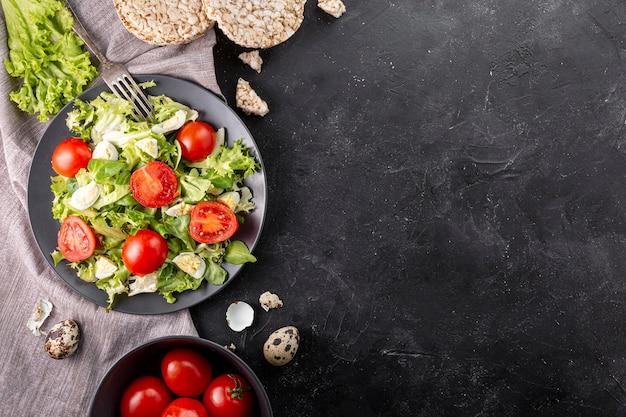 Salada fresca saborosa plana leigos com espaço de cópia