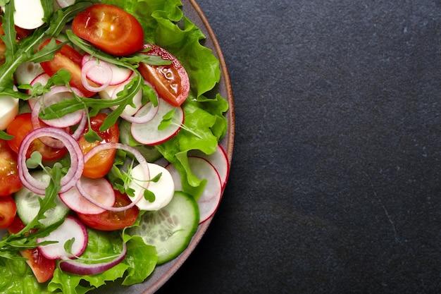 Salada fresca saudável com vegetais