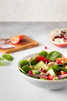 Salada fresca vegetal clássica saudável de espinafre