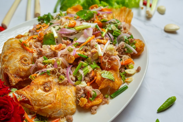Salada friável dos peixes de tubtim, erva tailandesa do alimento.