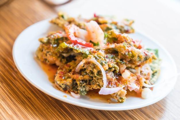Salada frita crocante de morning glory com camarões