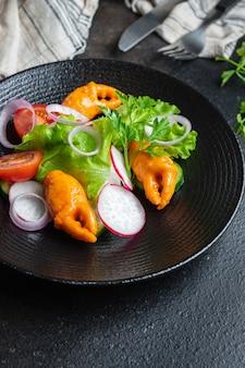 Salada frutos do mar vegetais caranguejo garras, surimi caranguejo palitos tomate, pepino, alface