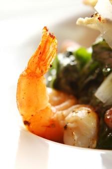 Salada gourmet de frutos do mar com camarão