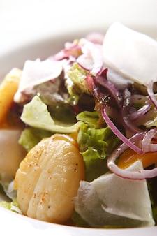 Salada gourmet de frutos do mar com vieiras