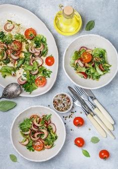 Salada gourmet leve com alface, tomate cereja e cebola roxa