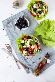 Salada grega apetitosa em um prato sobre uma mesa servida