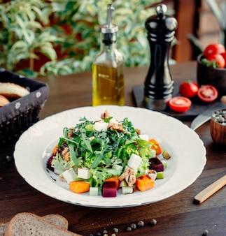 Salada grega com legumes em cima da mesa