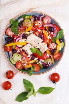 Salada grega com legumes frescos, queijo feta, azeitonas pretas