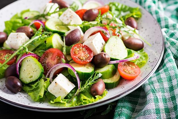 Salada grega com legumes frescos, queijo feta e azeitonas kalamata