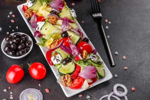 Salada grega com legumes frescos, queijo feta e azeitonas pretas. salada saudável com tomate cereja, azeitonas orgânicas, pepino, alface e especiarias