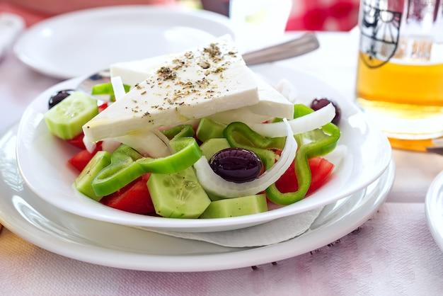 Salada grega com legumes frescos, queijo feta e azeitonas pretas