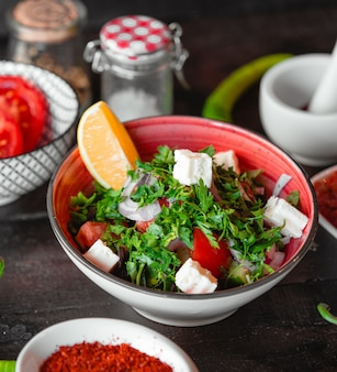 Salada grega com limão