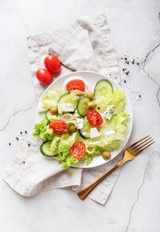 Salada grega com queijo feta, legumes frescos e azeitonas