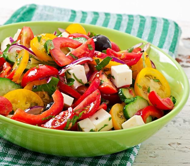 Salada grega com queijo feta, tomate cereja e azeitonas pretas