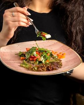 Salada grega com rúcula