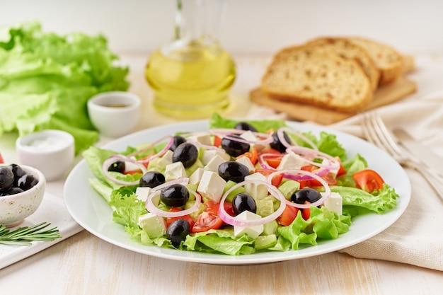 Salada grega com tomate, pepino, queijo feta, cebola. vista lateral, cima