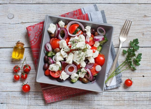 Salada grega com tomate, queijo feta, pepino, cebola e azeitonas