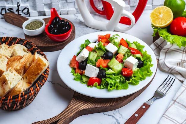 Salada grega de vista frontal em alface com azeitonas pretas