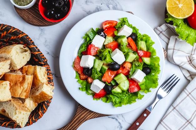 Salada grega de vista superior em alface com azeitonas pretas