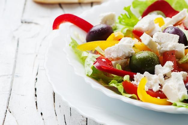 Salada grega em chapa branca