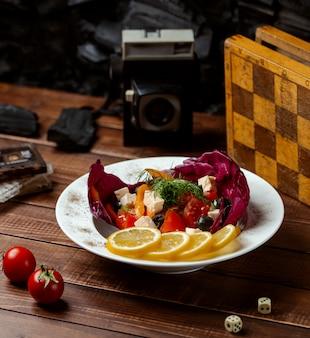Salada grega em cima da mesa