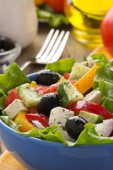 Salada grega em fundo de madeira