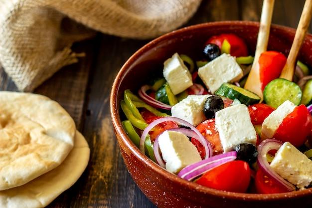 Salada grega em uma madeira