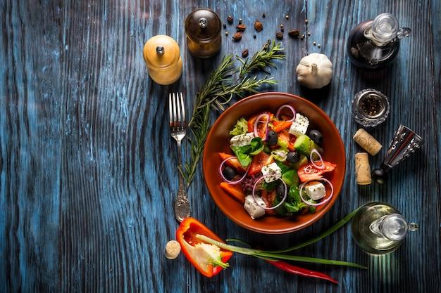 Salada grega fresca com legumes, queijo feta e azeitonas