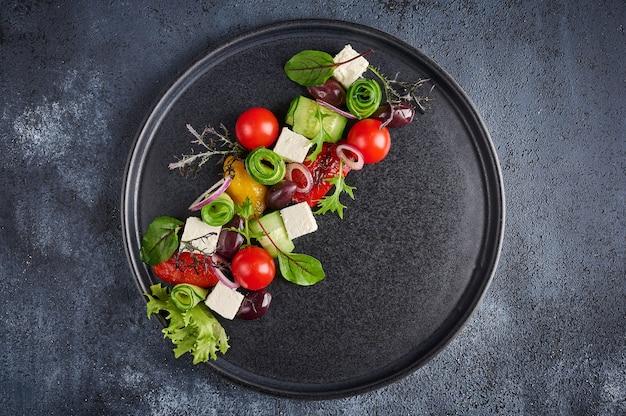 Salada grega fresca com tomate, pepino, pimentão, azeitonas e queijo feta na chapa preta