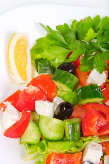 Salada grega fresca suculenta em tigela branca