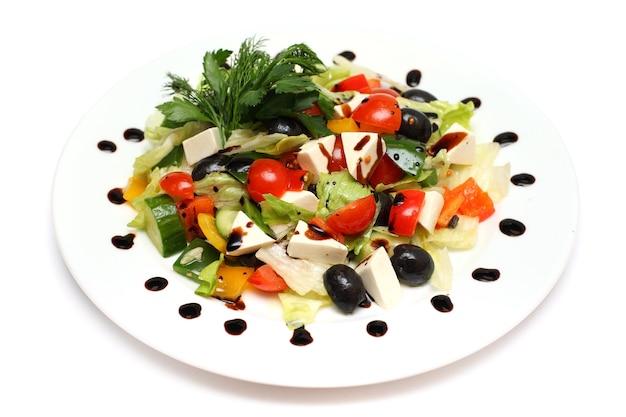 Salada grega isolada no branco