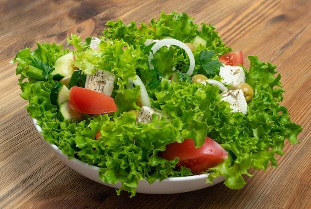 Salada grega na mesa