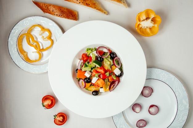 Salada grega na vista superior da mesa
