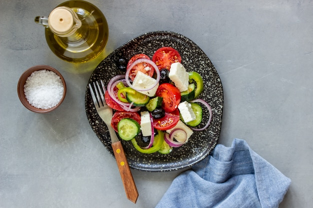 Salada grega no concreto