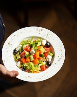Salada grega no prato