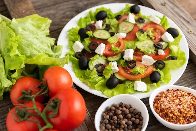 Salada grega. num espaço de madeira com tomate, pepino e queijo feta.