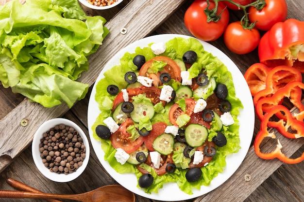 Salada grega preparada na hora com queijo feta em uma mesa de madeira.