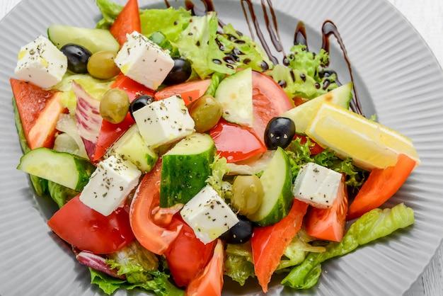 Salada grega saudável com legumes e especiarias