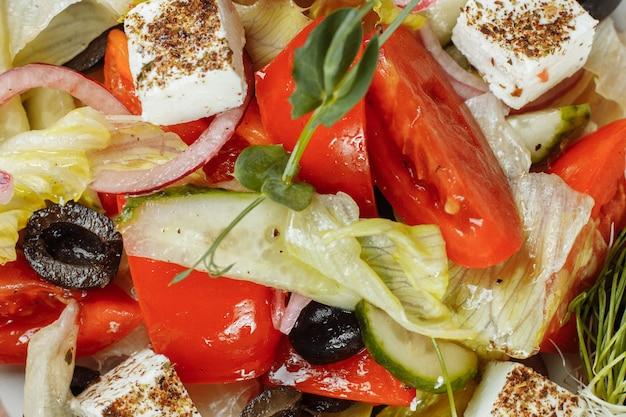Salada grega tradicional com legumes frescos, queijo feta e azeitonas. vista do topo. foco seletivo