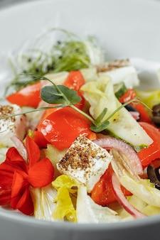 Salada grega tradicional com legumes frescos, queijo feta e azeitonas. vista do topo. foco seletivo.