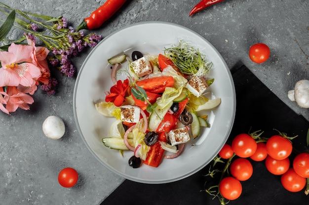 Salada grega tradicional com legumes frescos, queijo feta e azeitonas.