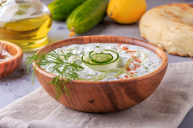 Salada grega tzatziki de pepino, iogurte, azeite, alho, endro e especiarias.