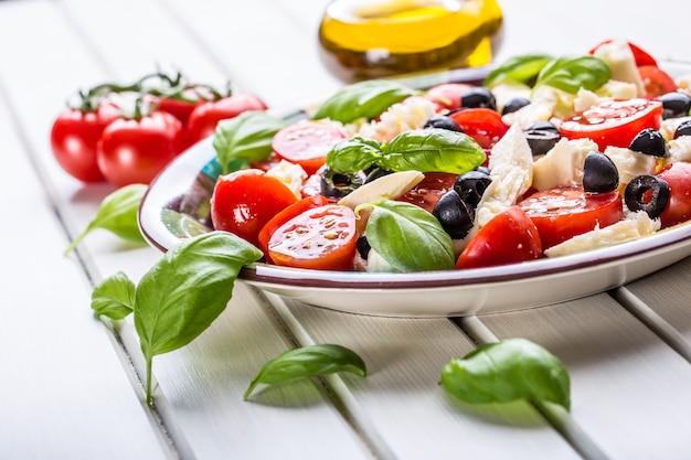 Salada italiana caprese de tomate mussarela, queijo, azeitonas, manjericão e azeite.