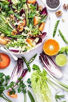 Salada keto com clementina e abacate