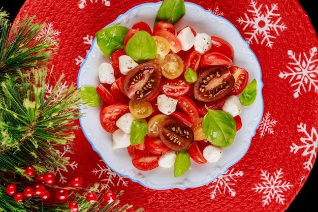 Salada keto diet com decoração para jantar de natal prato vegetariano