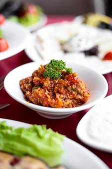 Salada lateral de churrasco em uma mesa servida