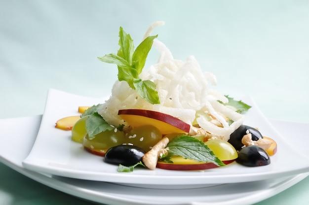 Salada light com frango, uva, nectarina, gergelim com molho de limão