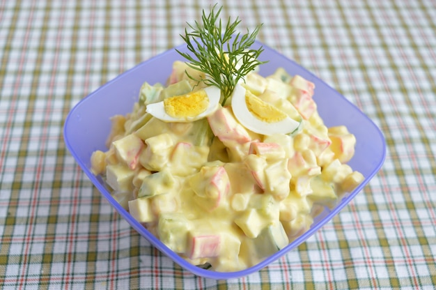 Salada light de pepino, carne de caranguejo, milho e ovos de codorna com molho de aioli